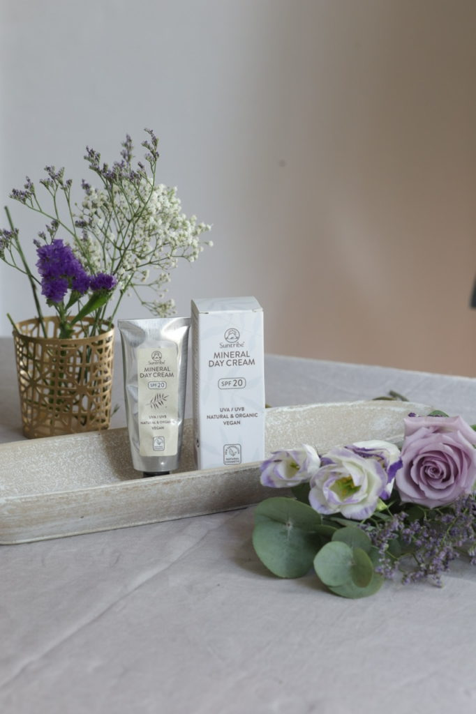 Crème du jour minéral bio avec une protection SPF 20 Suntribe
