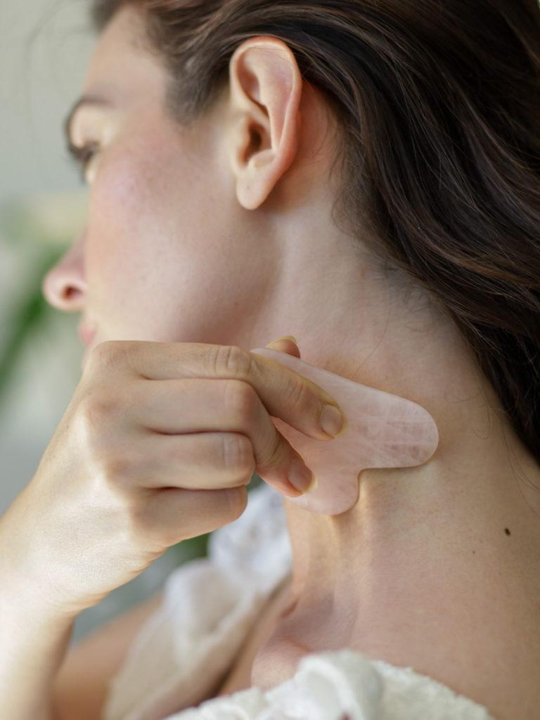 Les bienfaits d'un massage du visage avec le Gua Sha