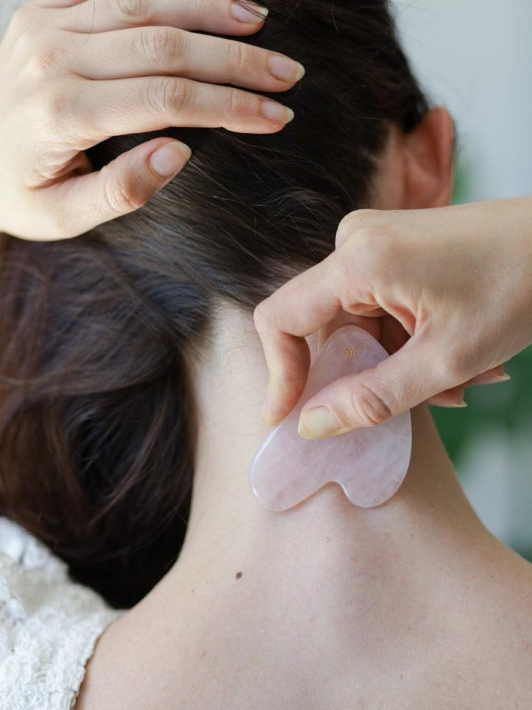 Je commence le massage toujours par le cou, la nuque et les clavicules
